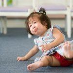 Trẻ bị ngã đập đầu: phòng tránh với xốp lát sàn, ốp tường cực hay
