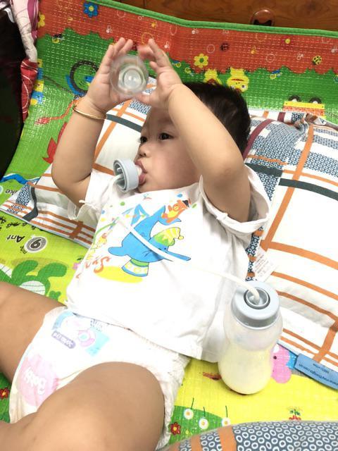 Bé từ 3 tháng tuổi là dùng được bình sữa rãnh tay