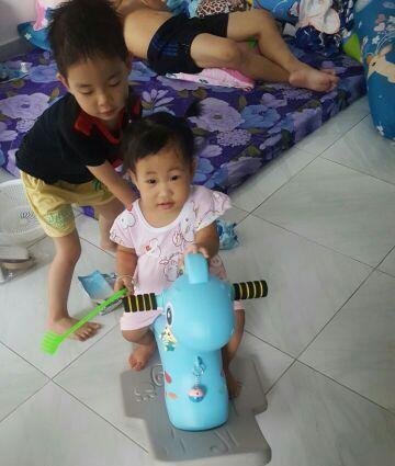 Các bé rất thích chơi bập bênh