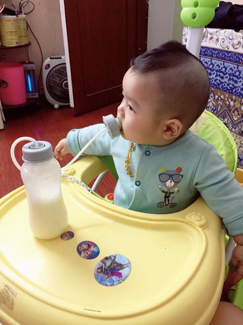 bình sữa rãnh tay lil jumbl giúp bé tự bú mọi lúc mọi nơi