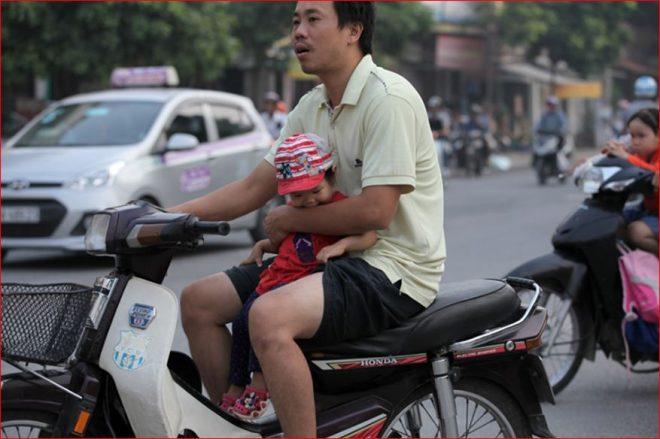ng bố chở em bé nhỏ đi xe máy như vậy liệu có an toàn