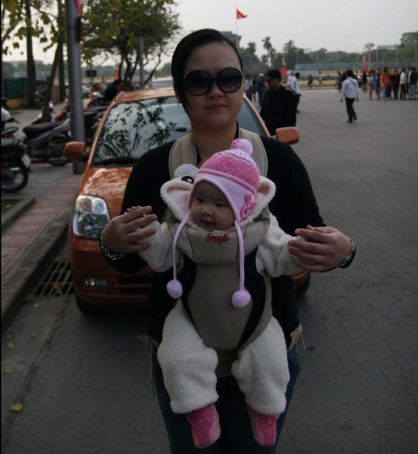 Địu em bé tiện lợi khi mẹ và bé đi ra ngoài