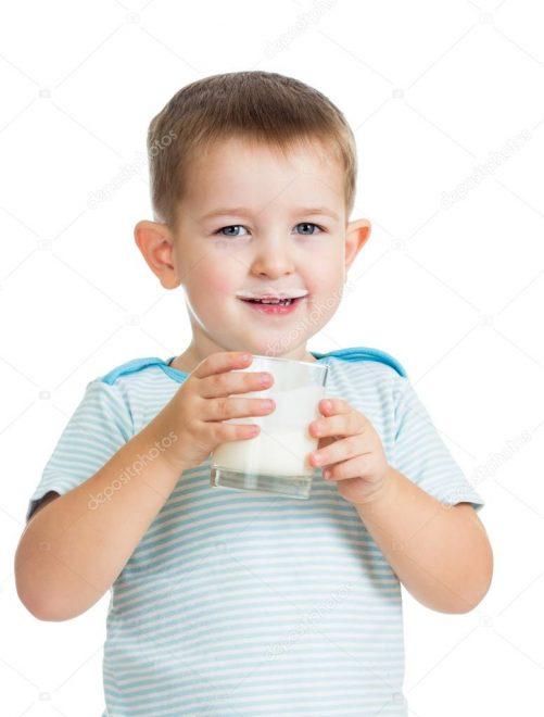 Bạn nên xem xét kỹ trước khi cho bé uống sữa lạnh nhé.