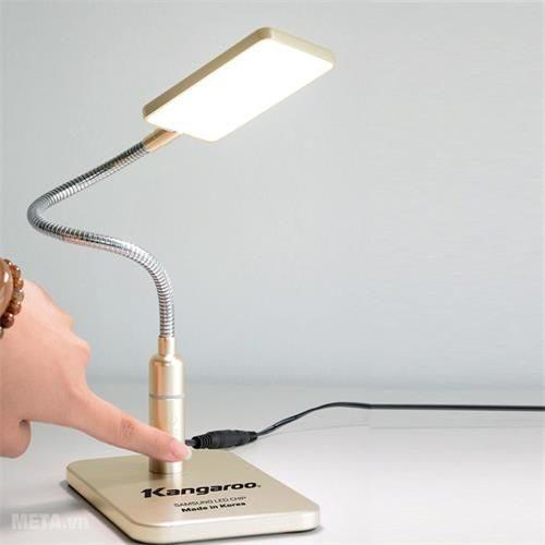 Đèn Học Chống Cận Với Thiết Kế Sang Trọng.