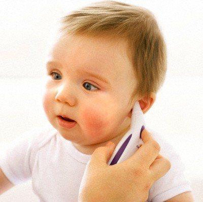 đo nhiệt độ cơ thể trẻ ở tai