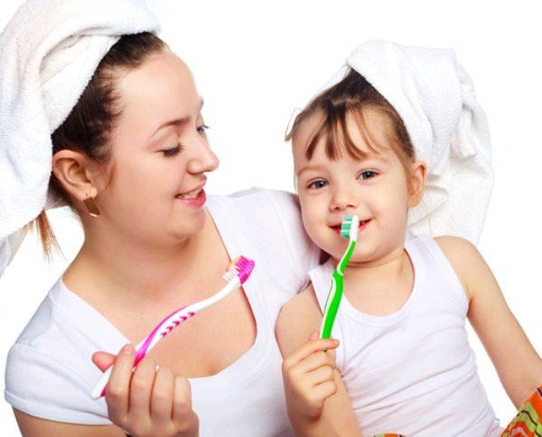 Làm gương và hướng dẫn bé đánh răng