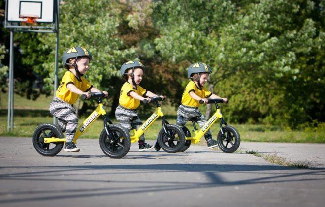Trẻ vận động với xe thăng bằng