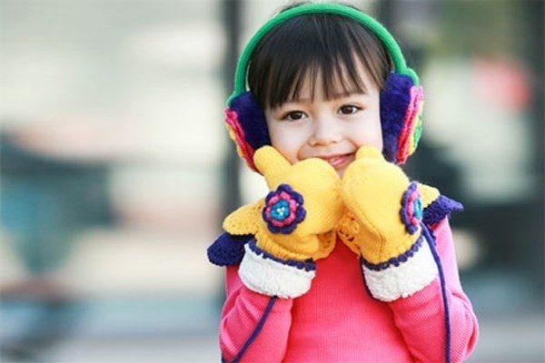 Cho trẻ mặc đủ ấm trong mùa đông