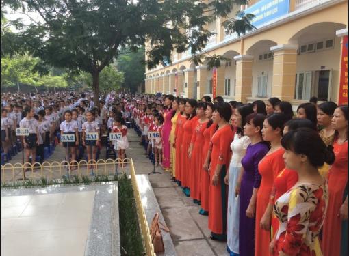 Thầy cô giáo và học sinh trường Tiểu học Khương Đình