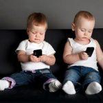 Cho trẻ sử dụng điện thoại thường xuyên – Những nguy hiểm khôn lường mẹ nên biết