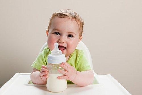 Bé sử dụng sữa công thức