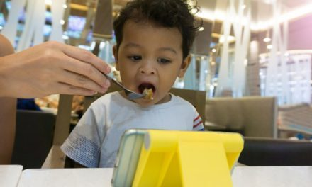 Cho bé ăn sẽ dễ dàng hơn khi mở điện thoại lên