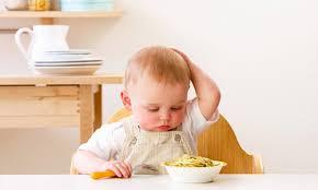 Trẻ kén ăn có thể có nguyên nhân từ việc cha mẹ cho trẻ ăn dặm quá sớm