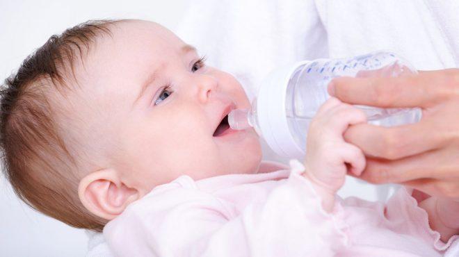 Bổ sung nước để bé tránh tình trạng mất nước do sốt