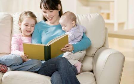 Kết quả hình ảnh cho mẹ đọc sách cho bé