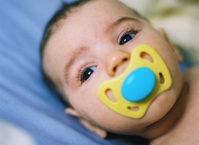Khi bé được 3 tháng tuổi, ngoài việc cho bé bú mẹ, mẹ có thể cho bé tập ngậm ti giả