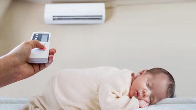 Mẹ không nên để luồng hơi lạnh tỏa ra từ máy điều hòa phả trực tiếp lên người trẻ