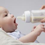 Cho bé bú bình an toàn và đúng cách – điều mẹ nên biết