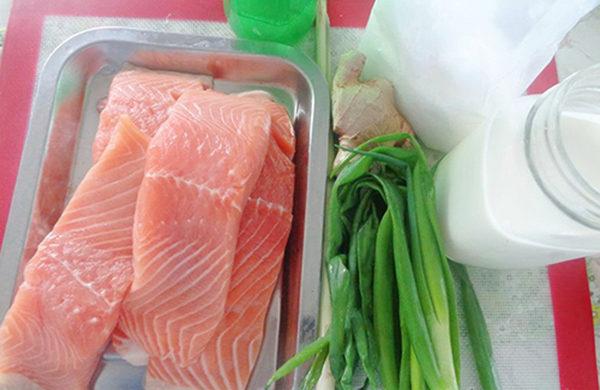 Cá hồi mua về lột bỏ da, rửa sạch bằng nước muối pha loãng rồi rửa lại bằng nước sạch