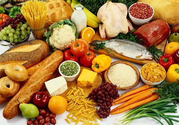 Mẹ nên ăn các loại thực phẩm giàu canxi như các loại rau màu xanh lá, sữa, các loại đậu