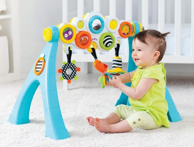 Bé sẽ hào hứng với những món đồ chơi có âm thanh vui nhộn và màu sắc bắt mắt