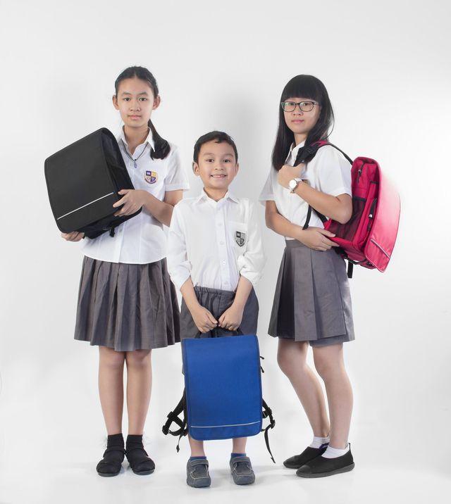ba lô chống gù cùng con đến trường