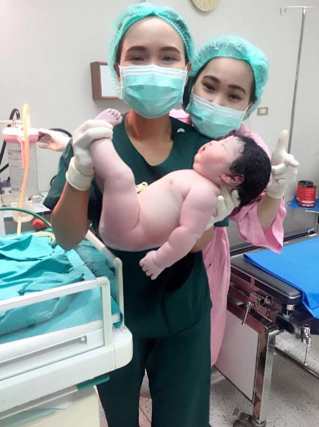 Em bé sinh thường nặng 5.2 kg