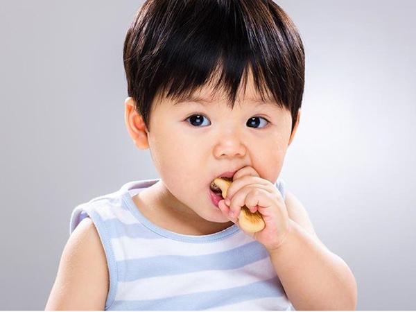 Bé thích ăn bánh