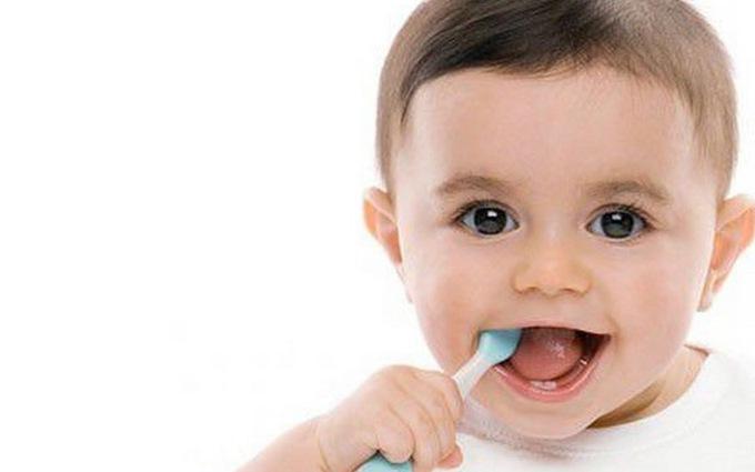 Vệ sinh răng miệng cho bé ngay từ những chiếc răng sữa đầu tiên