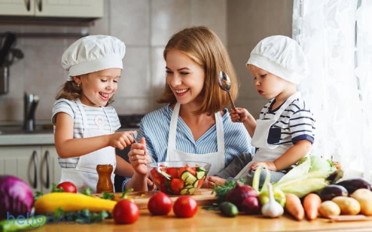 Cho trẻ cùng tham gia nấu ăn