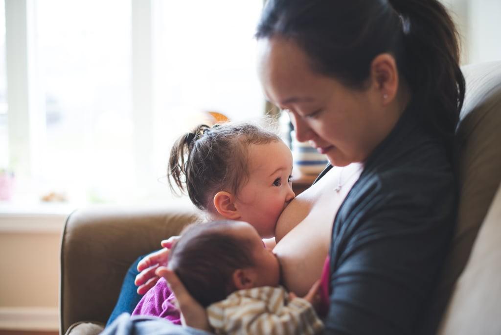 Các mẹ có thể massage bầu ngực để thông tia