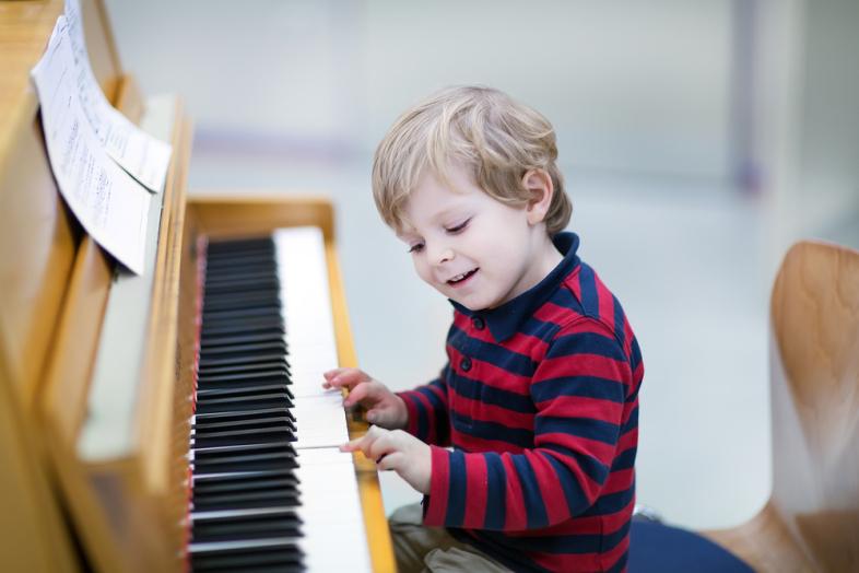 Trẻ chơi piano đẳng cấp