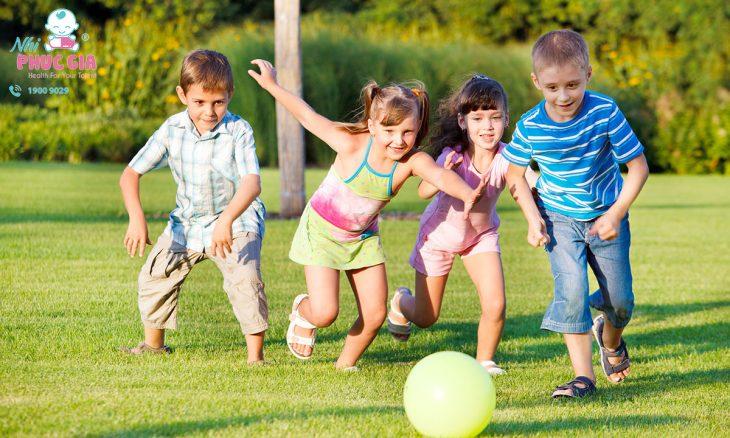 Trẻ chơi thể thao
