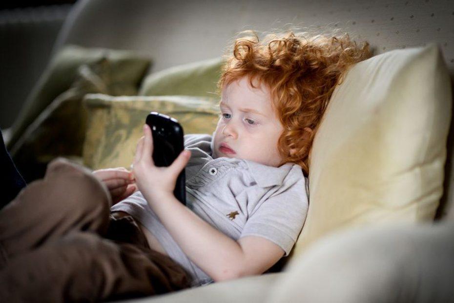 trẻ em bị lệ thuộc vào điện thoại