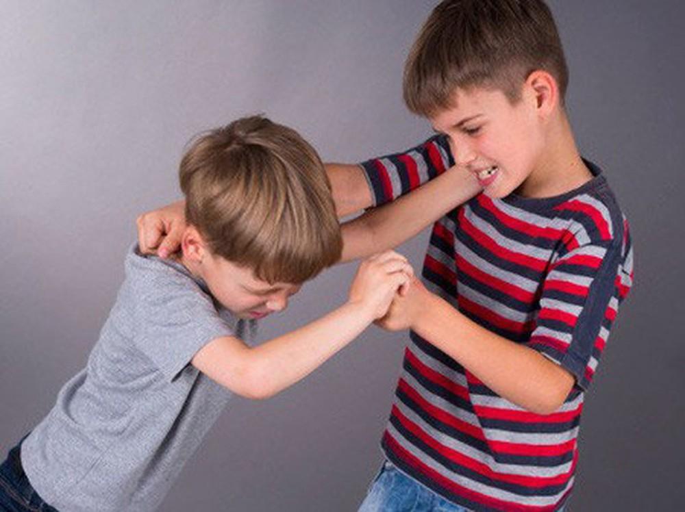 Làm gì khi trẻ đánh bạn