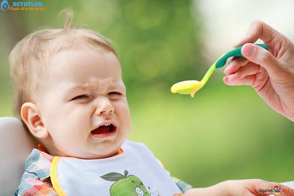 Trẻ 6 tháng tuổi hay bị nôn trớ: bố mẹ nên làm g